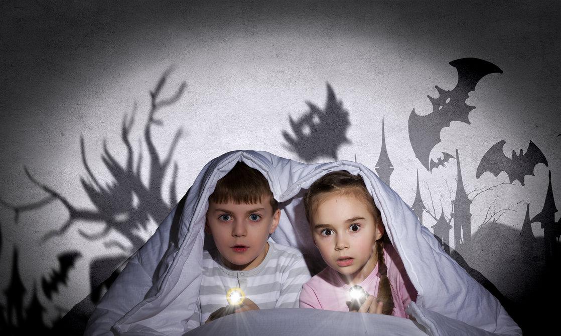 كيف أتعامل مع مخاوف أطفالي وأي قصص أقرأ لهم؟